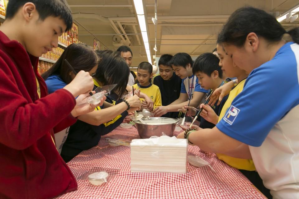 百佳義工與匡智會學童一起製作復活蛋