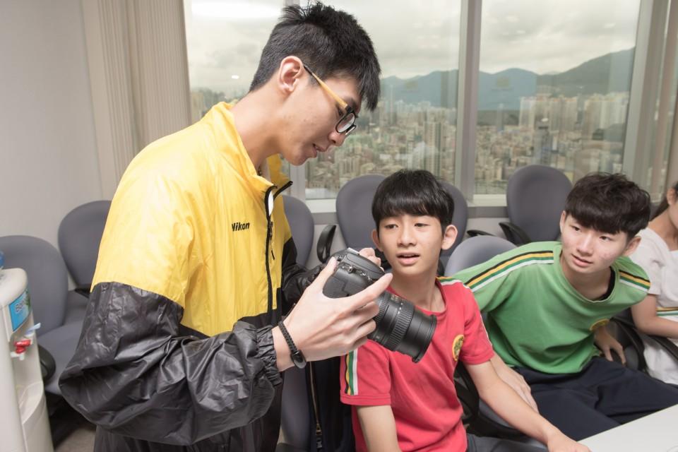 導師正在指導學員專業攝影技巧