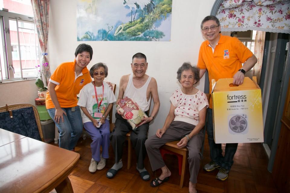 豐澤義工於農曆新年前探訪香港家庭福利會位於土瓜灣的長者中心,為他們送上豐澤牌電磁爐