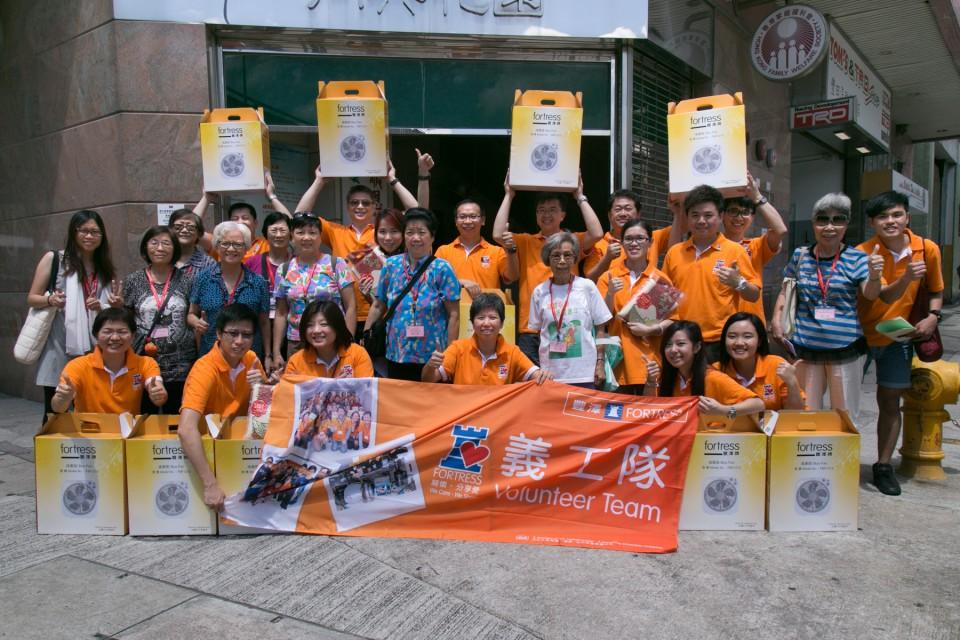 豐澤義工和長者於土瓜灣的長者中心前合照