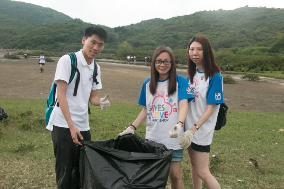 義工為保護環境出一分力,清潔泥灘
