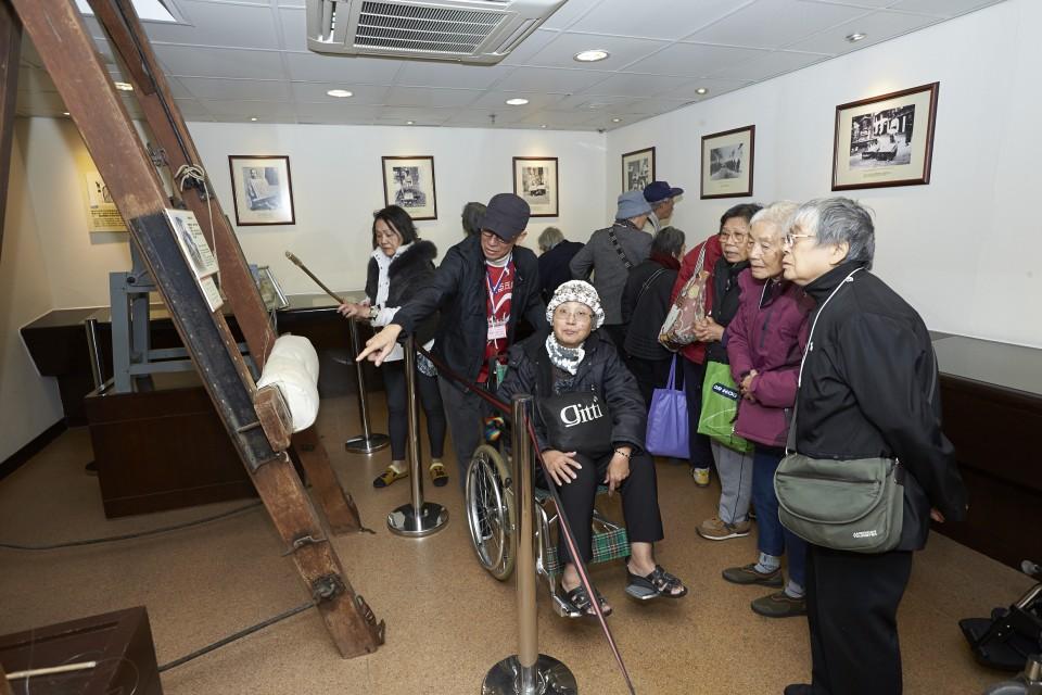 屈臣氏集團義工隊與長者參觀香港懲教博物館