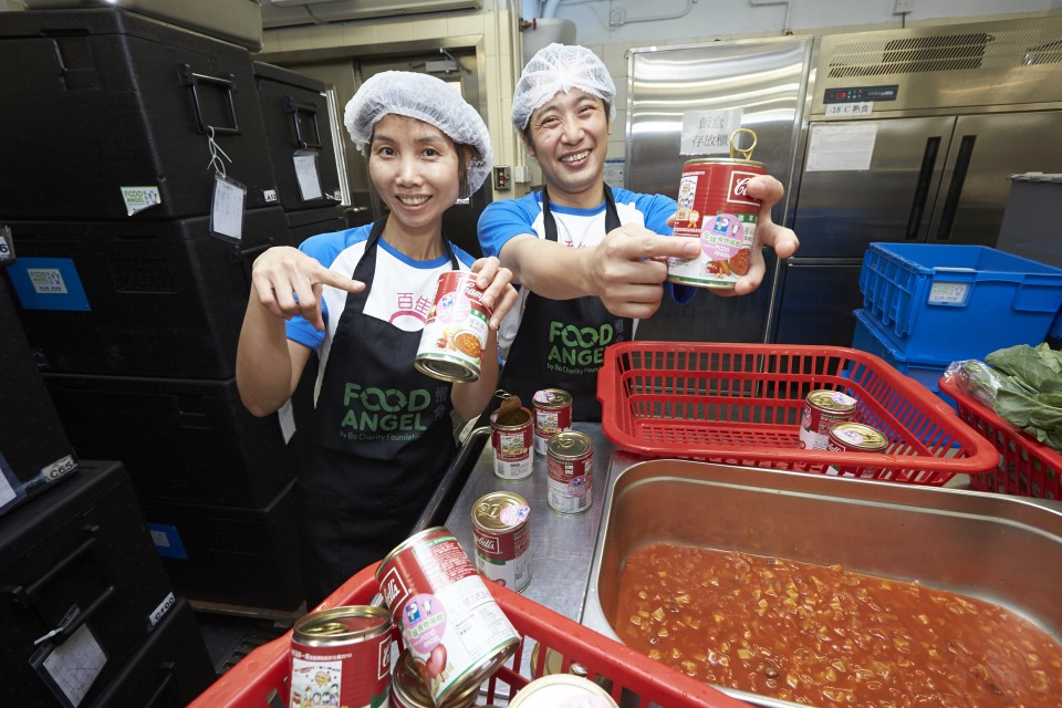 百佳義工於「惜食堂」的深水埗廚房準備營養飯餐