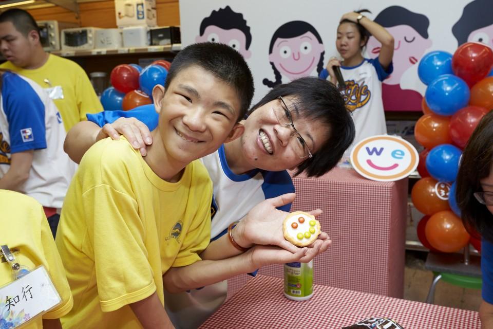 匡智會的學童、老師及百佳義工隊隊員齊齊變身「整餅達人」,創作「微笑曲奇」