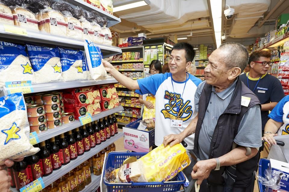 長者與義工於超市內選購心儀貨品