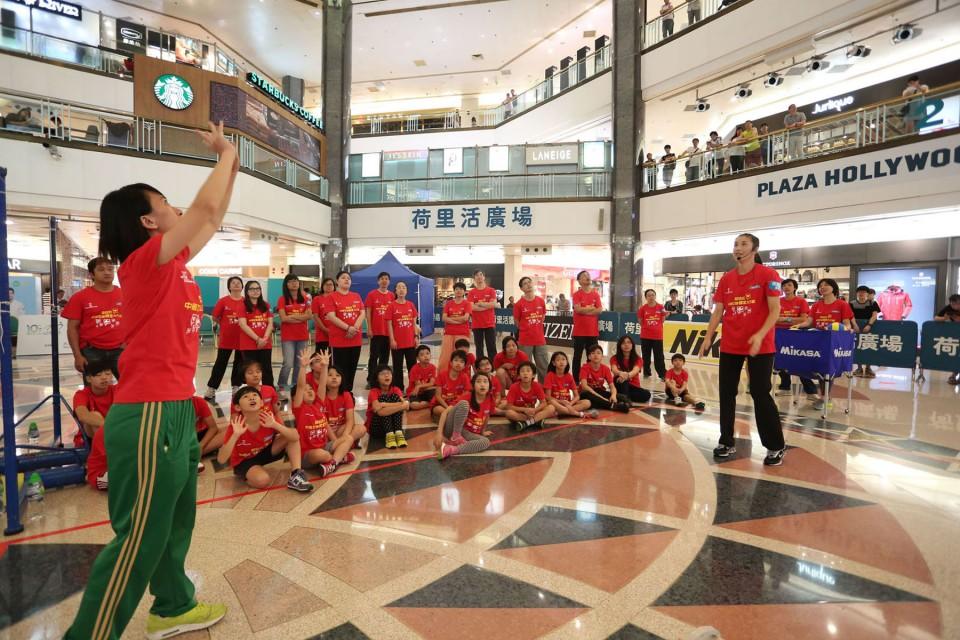 中國女排成員向在場人士講解排球技巧