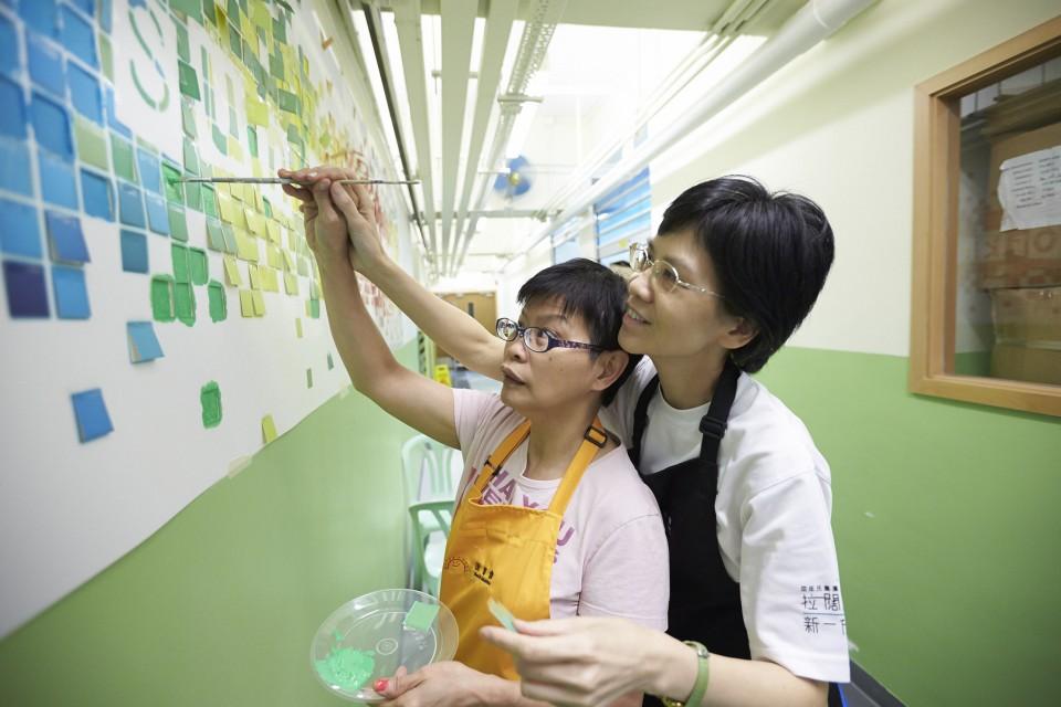 屈臣氏集團義工隊與智障人士一起利用牆畫幫宿舍內部環境大翻新
