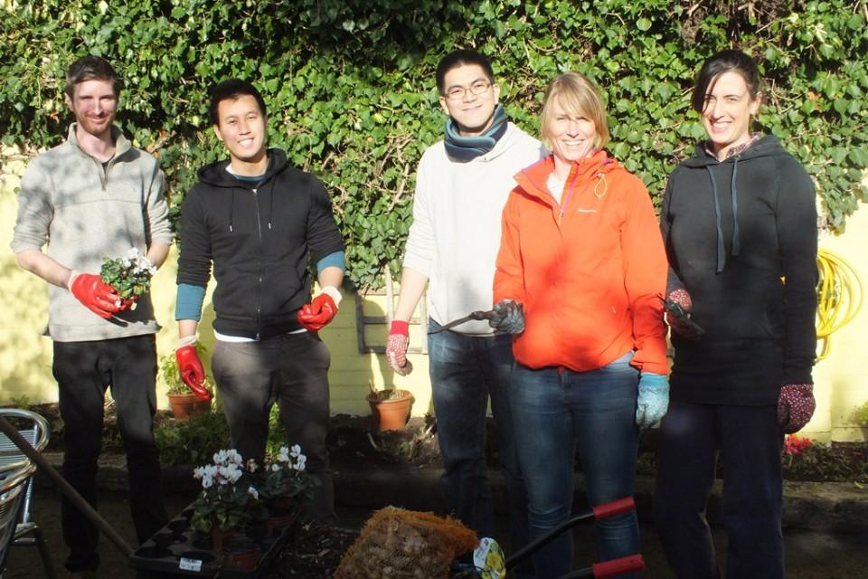 英國屈臣氏集團的義工參與Battersea Park兒童動物園的園藝和清潔工作,為小孩營造更健康和綠化的環境學習及遊玩。