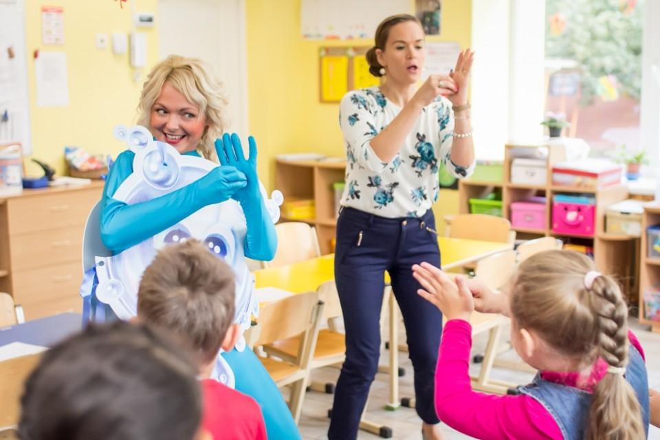 拉脫維亞Drogas員工化身Ms Soap Bubble,與義工隊到訪幼兒園,和小朋友邊唱歌邊跳舞,以輕鬆手法傳遞勤潔手的訊息