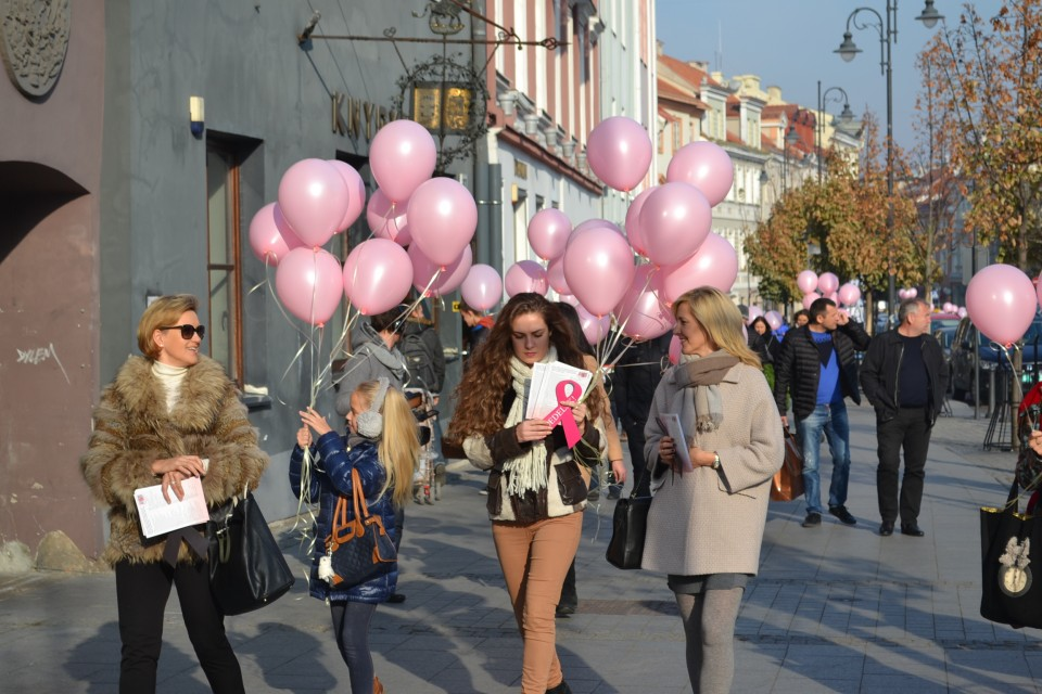Drogas 義工在立陶宛不同城鎮宣傳「Don't Delay!」預防乳癌活動