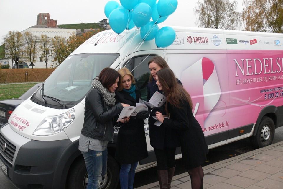 Drogas 義工向在場女士講解乳癌資訊