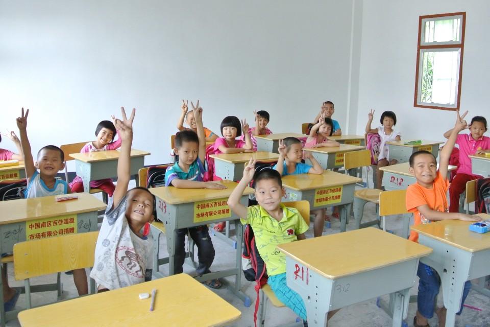 農村小孩在課室合照