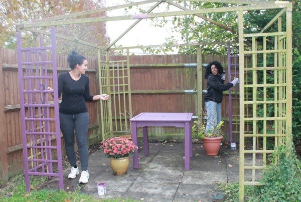 The Perfume Shop 的義工正在修葺Holmer's House護老院的花園