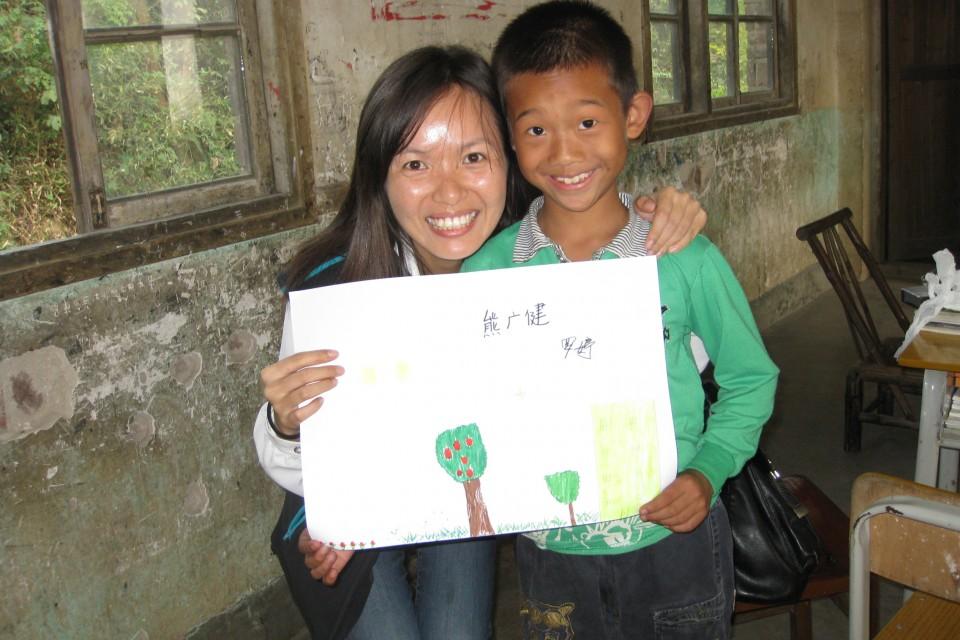 中國屈臣氏的義工探訪特殊學校,和小朋友玩遊戲。