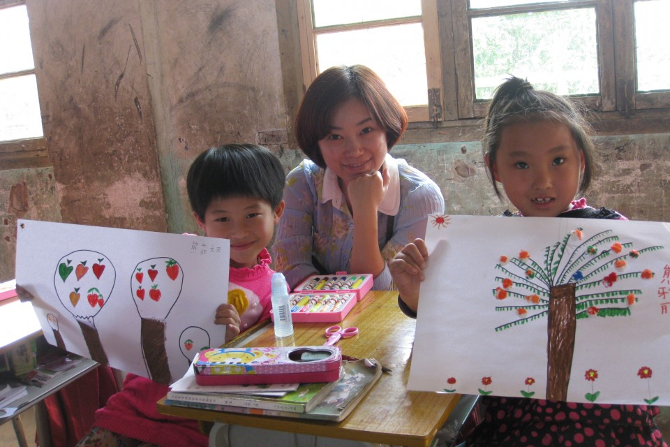 學童展示他們的畫作