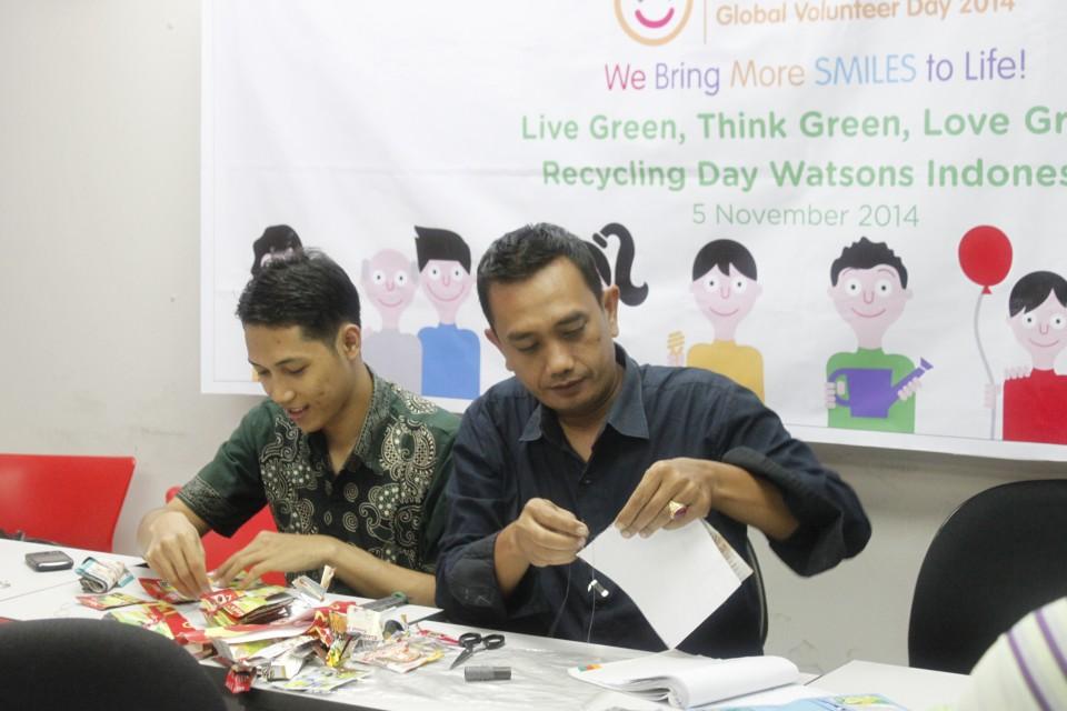 印尼屈臣氏和Happy Trash Bag Foundation合作,將環保概念融入生活,發揮創意,將創意循環再造為不同的藝術品。
