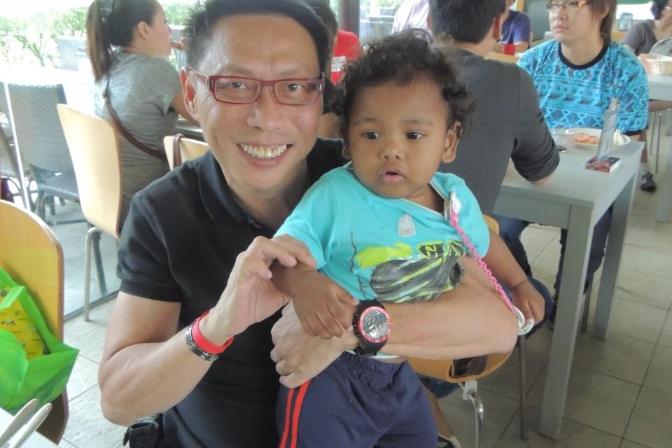 新加坡屈臣氏義工隊陪同庇護中心的婦女和小孩參觀動物園