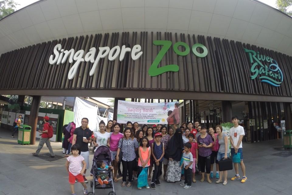 新加坡屈臣氏義工隊陪同庇護中心的婦女和小孩參觀動物園,並在動物園前合照留念