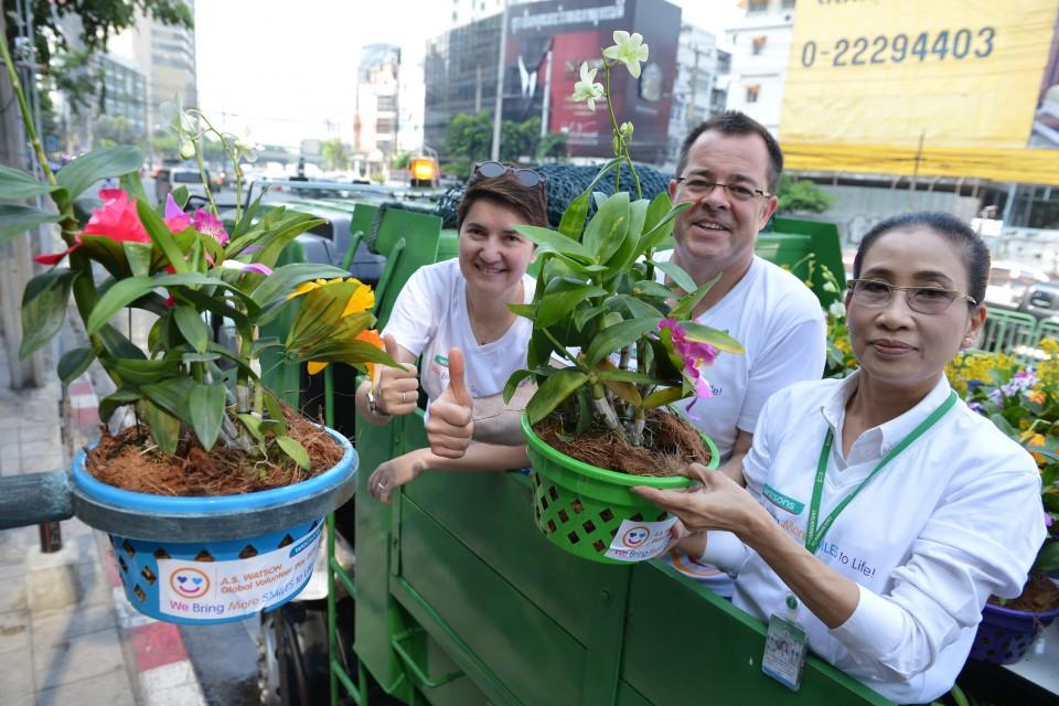 一百多名泰國屈臣氏的義工齊心協力清潔Ratchadaphisek街道,為曼谷市民帶來更美好的生活環境。