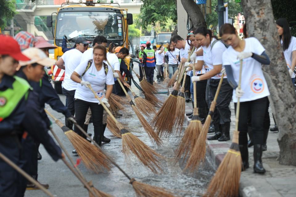 一百多名泰國屈臣氏的義工齊心協力清潔Ratchadaphisek街道