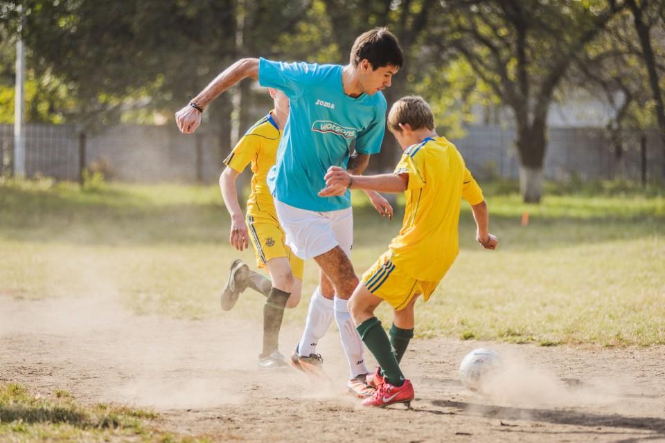 烏克蘭屈臣氏義工探訪就讀於Smela寄宿學校的弱勢社群小孩,和他們一穀踢足球
