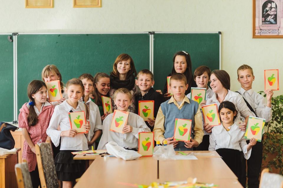 烏克蘭屈臣氏義工探訪就讀於Smela寄宿學校的弱勢社群小孩,和他們一同合照