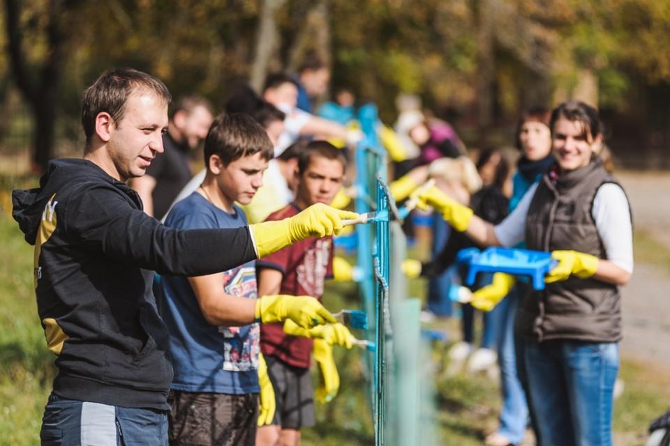 烏克蘭屈臣氏義工探訪就讀於Smela寄宿學校的弱勢社群小孩,和他們一同為圍欄重新上漆。