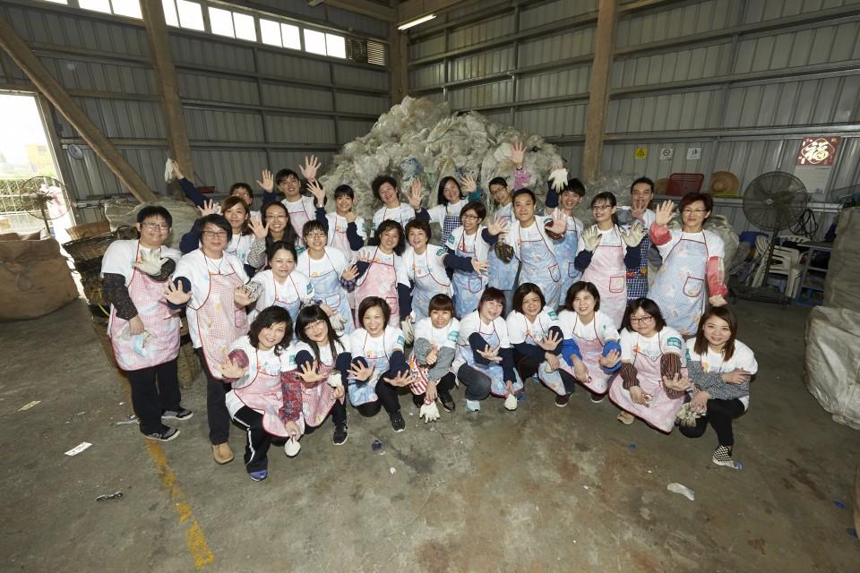 來自屈臣氏義工隊的義工於塑膠資源再生中心的合照