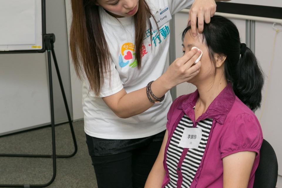 屈臣氏義工正在為單親媽媽示範化妝技巧