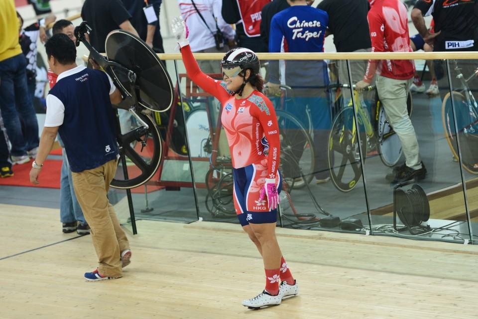 場地單車運動員李慧詩向觀眾揮手感謝他們的支持