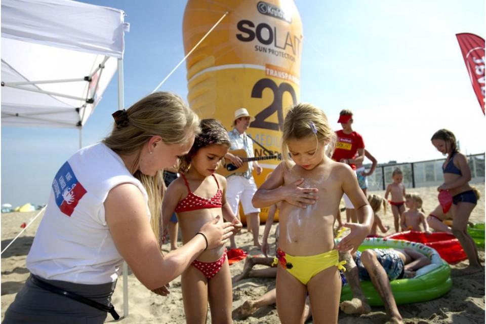 Kruidvat 與荷蘭癌症協會合作,於炎炎夏日派出防曬特攻隊到海灘宣揚防曬理念