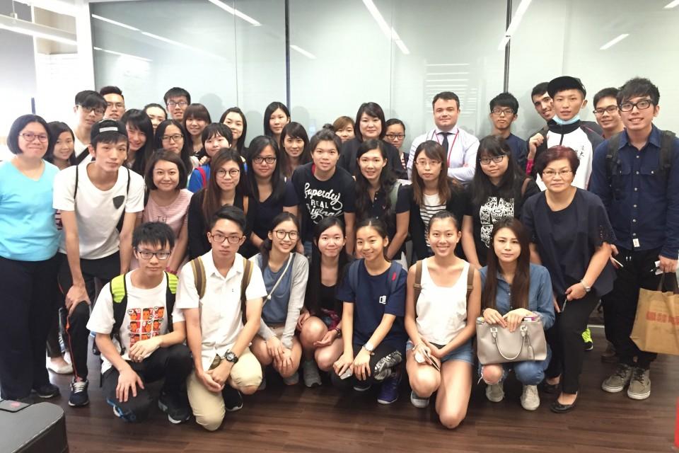 香港浸會大學學生於屈臣氏集團的辦公室內合照