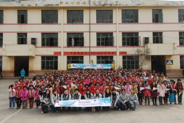 中國屈臣氏探訪隊到雲南苗圃瑞鵬希望小學進行慈善探訪,並與他們合照