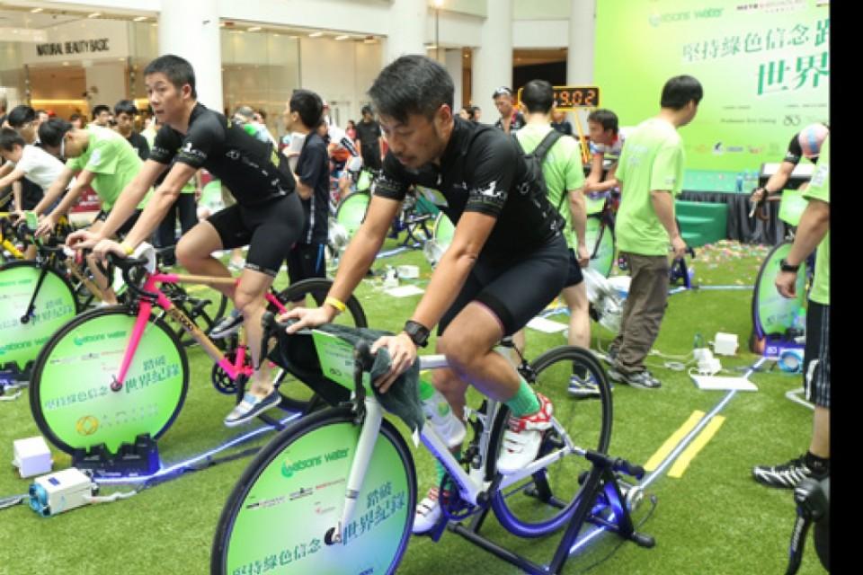 參加者於˹堅持綠色信念踏破世界紀錄˼活動以24小時踏單車發電,刷新了發電量最高的紀錄