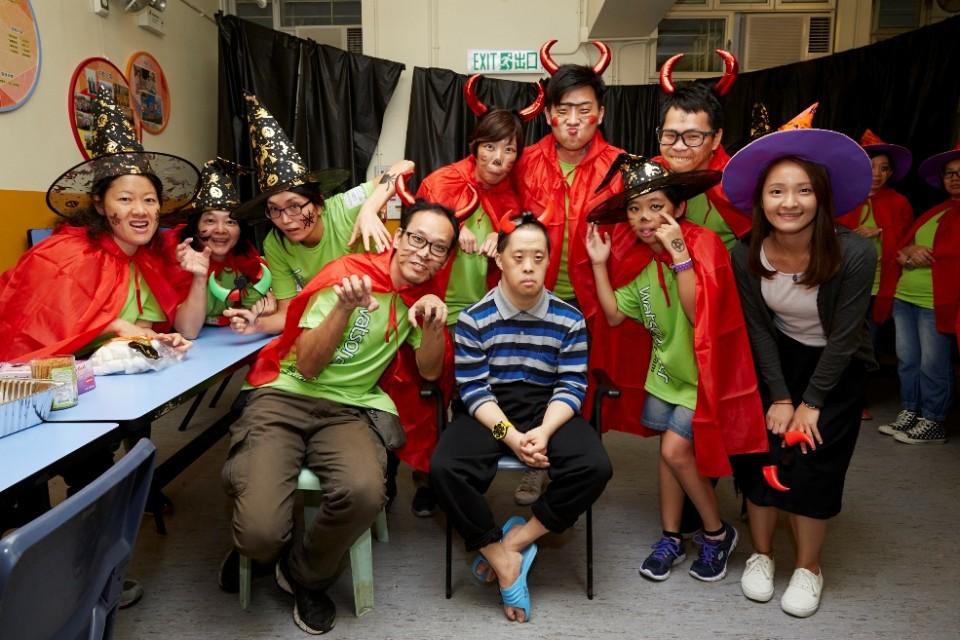 屈臣氏義工與智障學生舉行萬聖節派對,大家都配合主題悉心打扮。